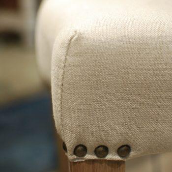 007BEC1200 silla capitoné y tachuelas lino 50x56x94h
