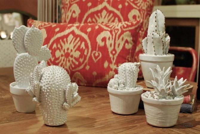 Cactus de porcelana en la tienda, cojines ikat rojos.