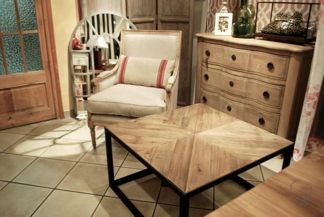 Muebles de madera natural en la tienda.