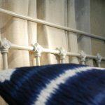 Cabecero de forja y cojines azul índigo