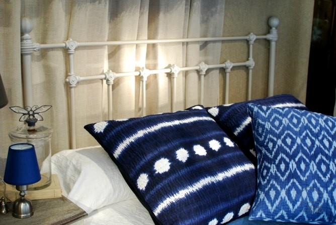cabecero de forja y cojines azul ndigo