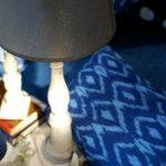 Lámparas de madera pintada y decapada, pantallas de lino