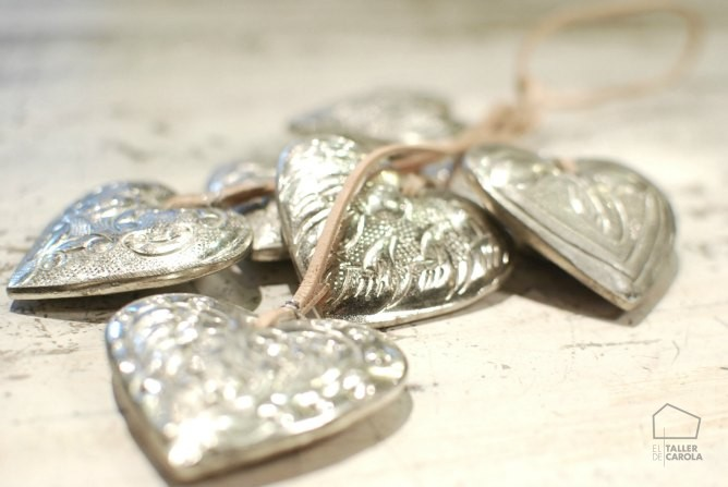 corazones de metal y cuero