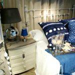 Decoración dormitorio, muebles estilo francés, mesitas de noche patinadas.