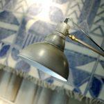 Flexo, lámpara de pie estilo industrial con tulipa tipo campana y alfombra