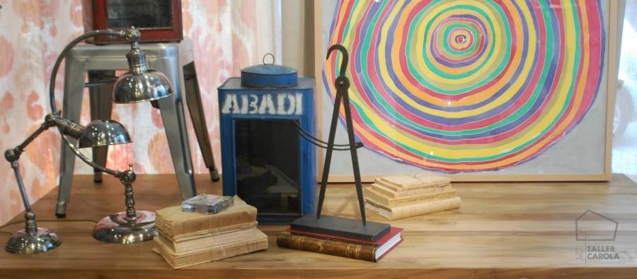 Sobre la mesa, pintura sobre seda y decoración de estilo industrial.