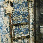 Escalera de metal cromado, telas en la tienda El Taller de Carola ( Valencia)